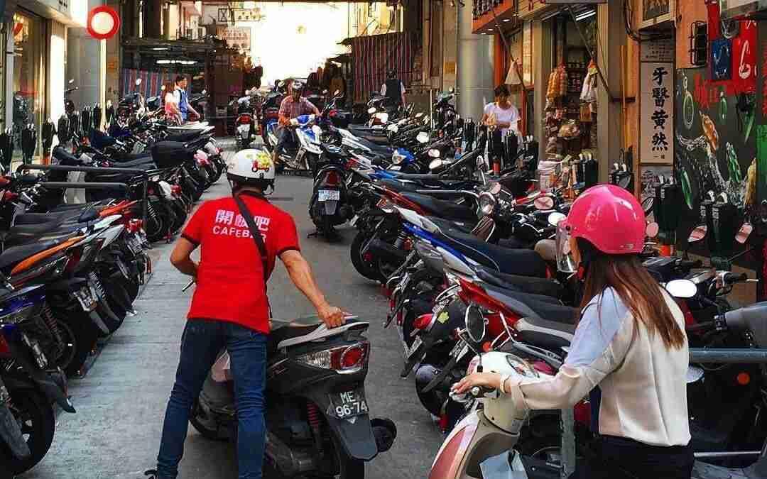 Calle llena de motos en ciudad asiatica