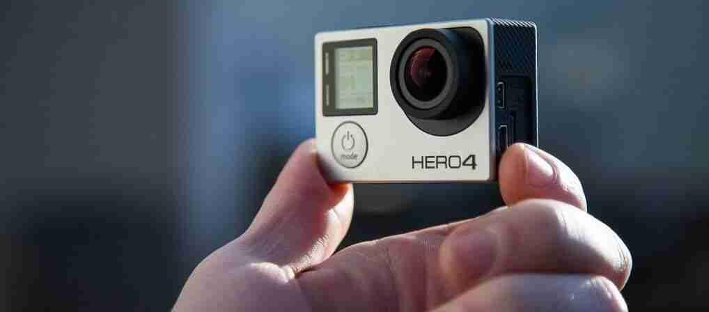 Mano sujetando una camara de video GoPro Hero 4