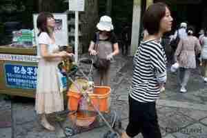 mujer paseando a su perro por los templos de Nikko