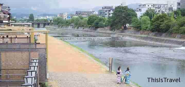 gente en el rio de Kyoto