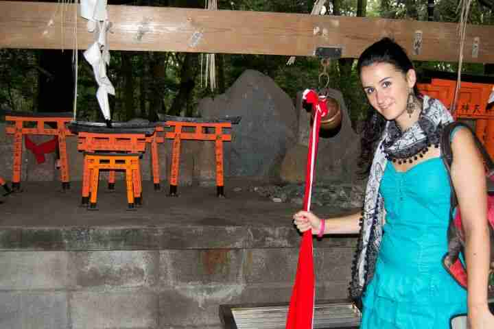 Angela recorriendo Fushimi Inari
