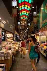 recorriendo el mercado Nishiki en Kyoto