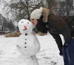besando a mi muñeco de nieve