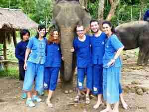Equipo español junto con nuestro elefante