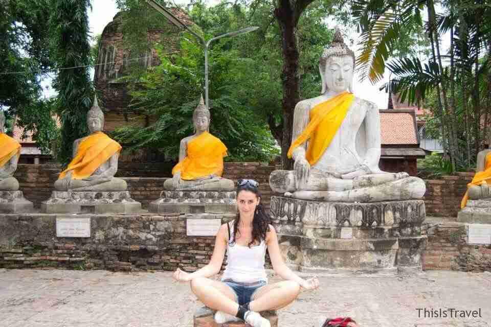 meditando en Wat Yai Chaimongkhol