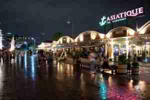 comprando en el centro comercial Asiatique