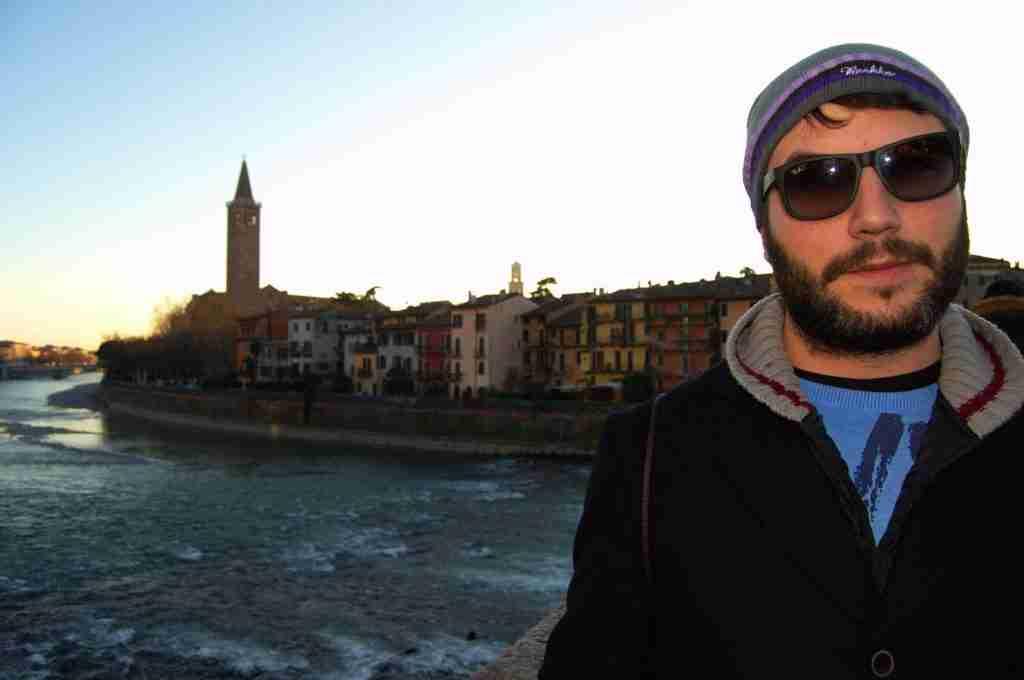 kyke con las vistas de Verona al fondo