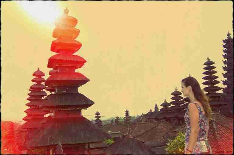 Angela en el templo de Pura Besakih