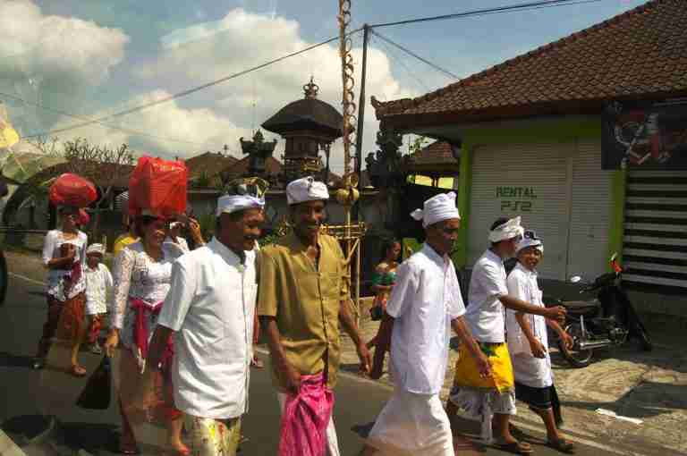 creyentes de camino a una ceremonia