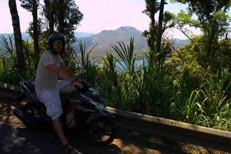 Kike con la moto con el Volcan Batur y su lago