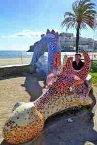Quique sobre el dragon de Peñiscola