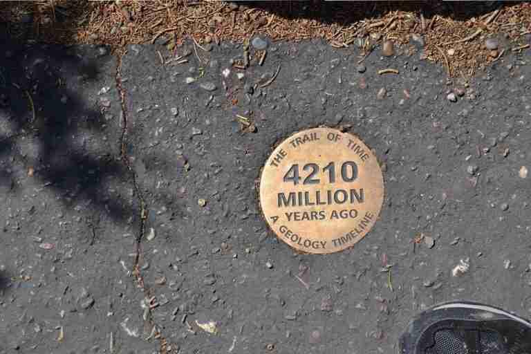 caminando sobre el suelo del Grand Canyon