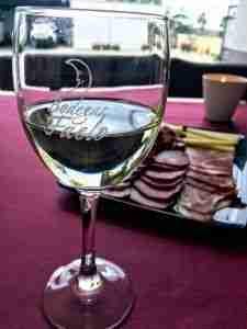 catando el vino blanco