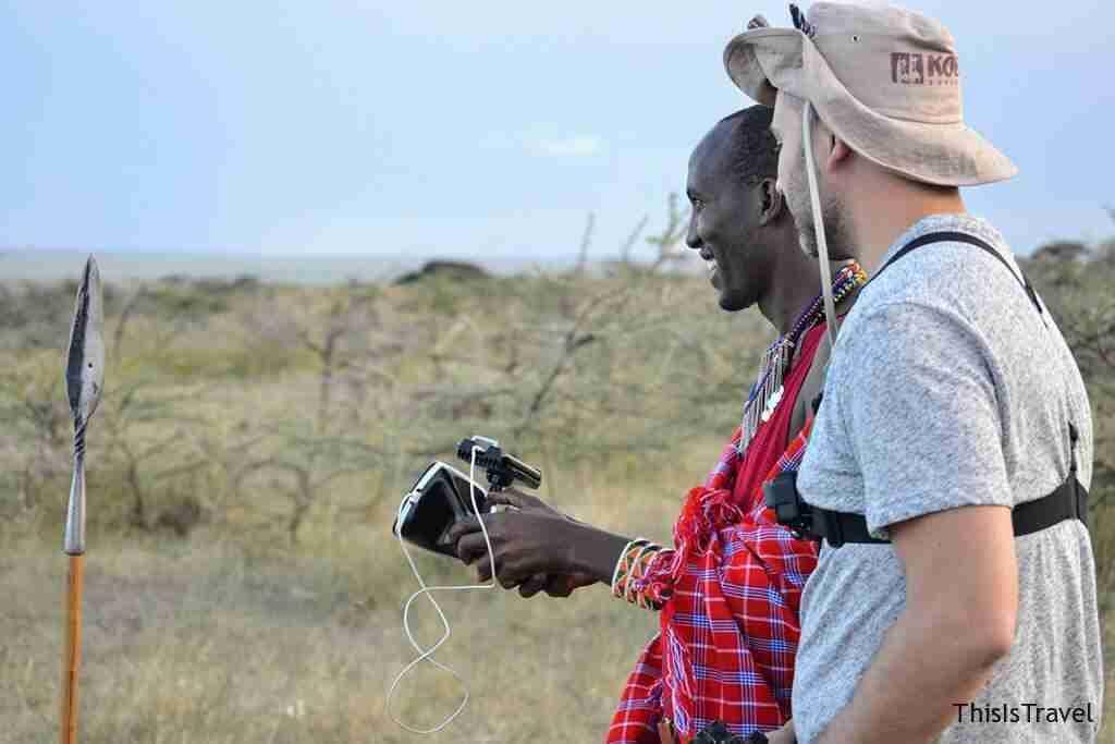 Parque natural de Masai mara. William, nuestro guia masai vuela el dron