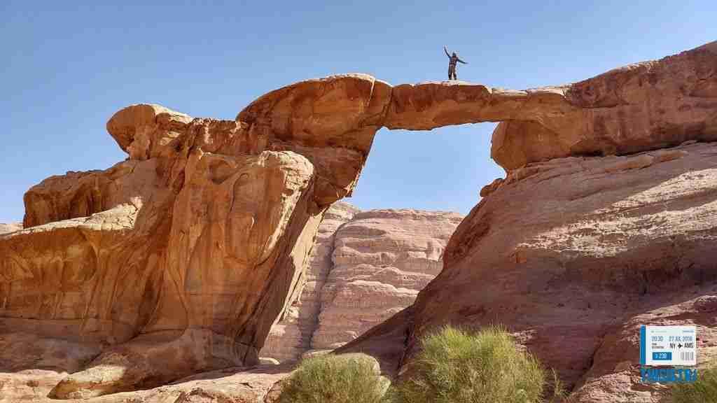 sobre el arco en el espectacular desierto del Wadi Rum