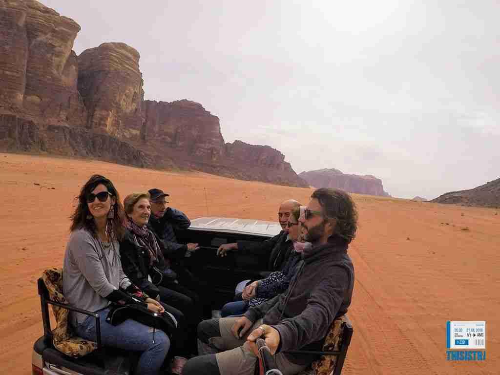 la familia disfrutando en el jeep en el desierto de Jordania