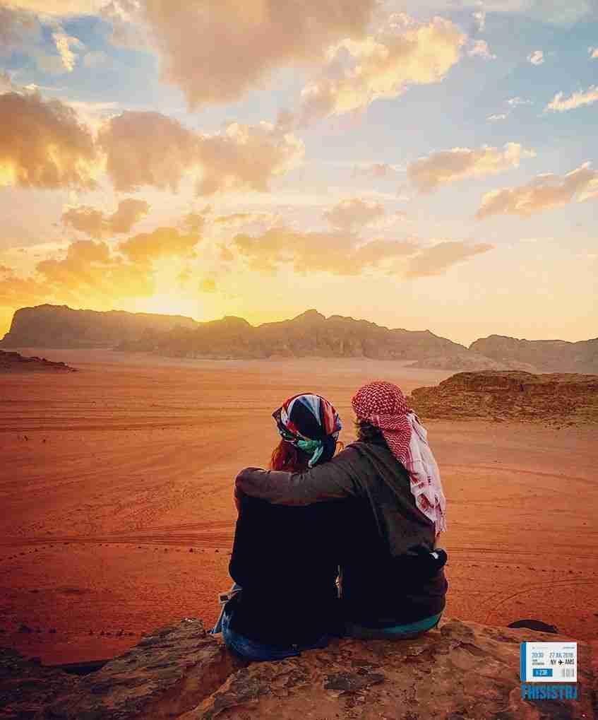 espectacular atardecer en el desierto de Jordania