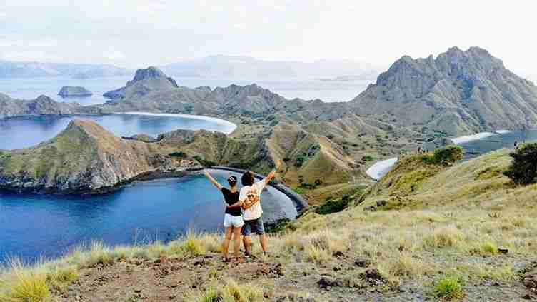en la cima de la isla de Padar, impresionante orografia volcánica con aguas turquesas