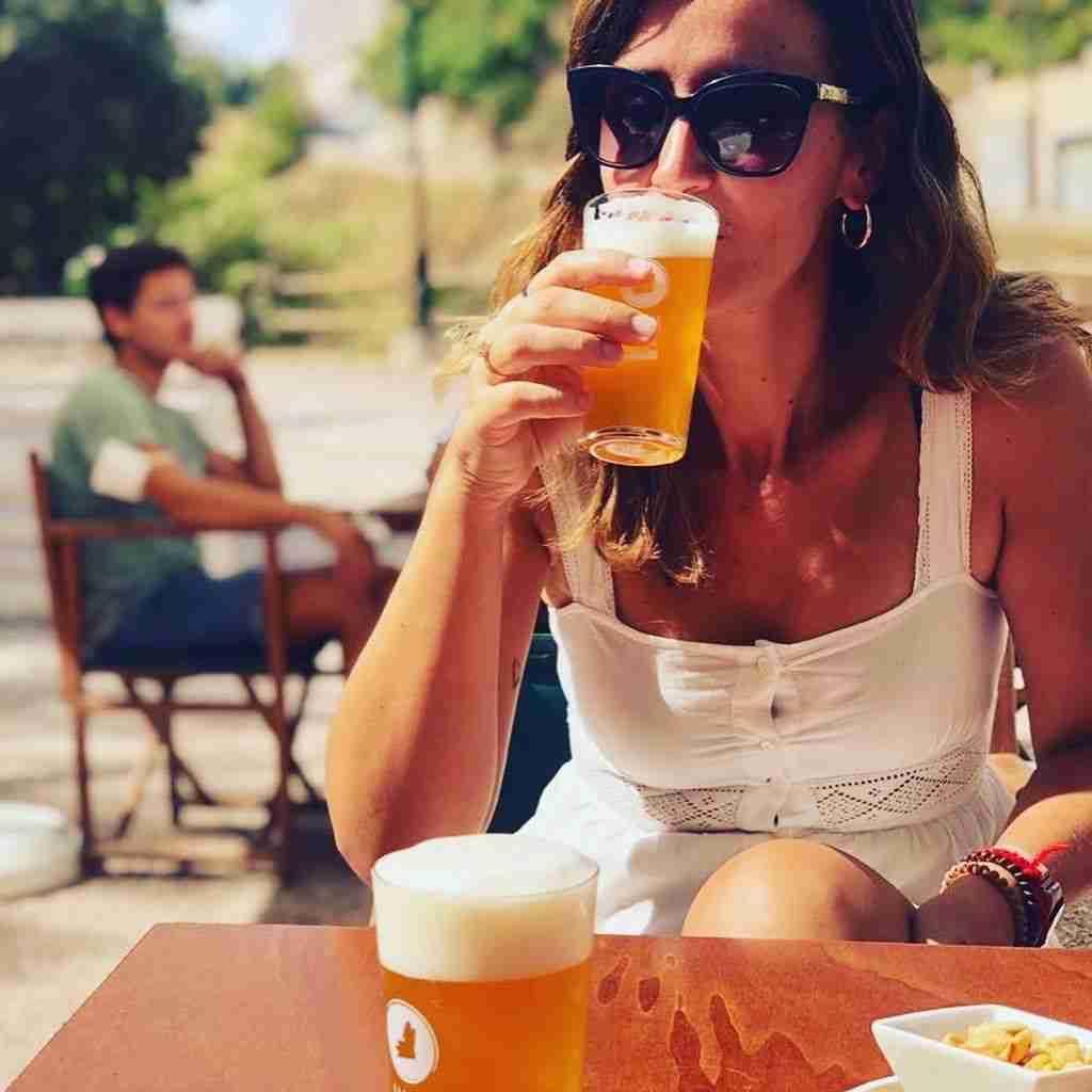 saboreando la cerveza happy trip